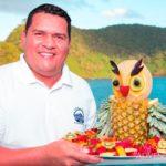 Koch mit Obstplatte Tauchsafarischiff Okeanos 2