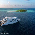 Tauchsafari-Schiff Keana mit Tauchdhoni vor unbewohnter Ausflugsinsel